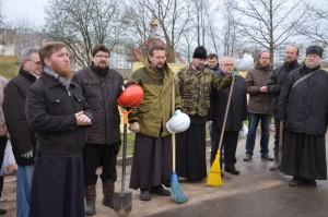 Преподаватели и студенты духовной семинарии приняли участие в общегородском субботнике