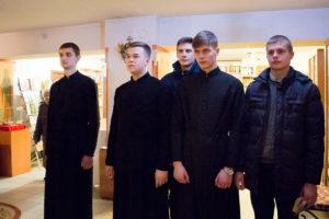 Семинаристы помолились за Божественной Литургией Преждеосвященных Даров в вечернее время