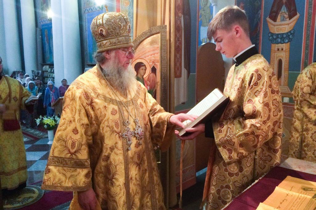 Ректор семинарии совершил вечернее богослужение в храме Воскресения Христова