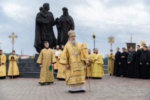 Ректор семинарии возглавил Божественную литургию в Свято-Успенском кафедральном соборе и крестный ход к памятнику святому благоверному князю Александру Невскому