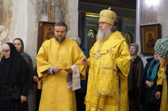 Ректор семинарии возглавил Божественную литургию в день памяти святой великомученицы Екатерины в храме святой Ирины города Москвы