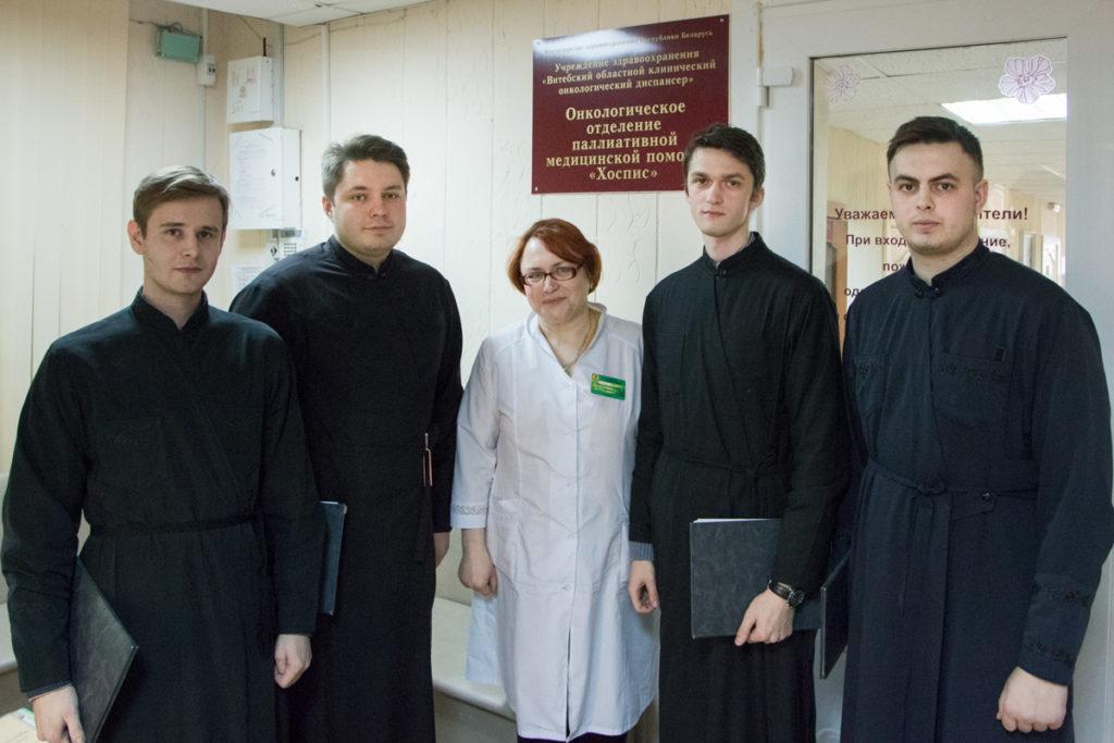 Семинаристы, несущие певческое послушание, посетили отделение паллиативной медицинской помощи