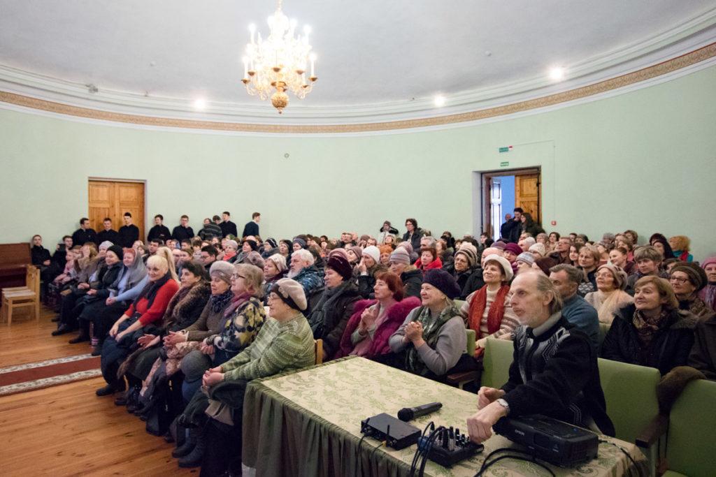 В актовом зале семинарии пошел концерт фольклорного ансамбля «Камышинка»