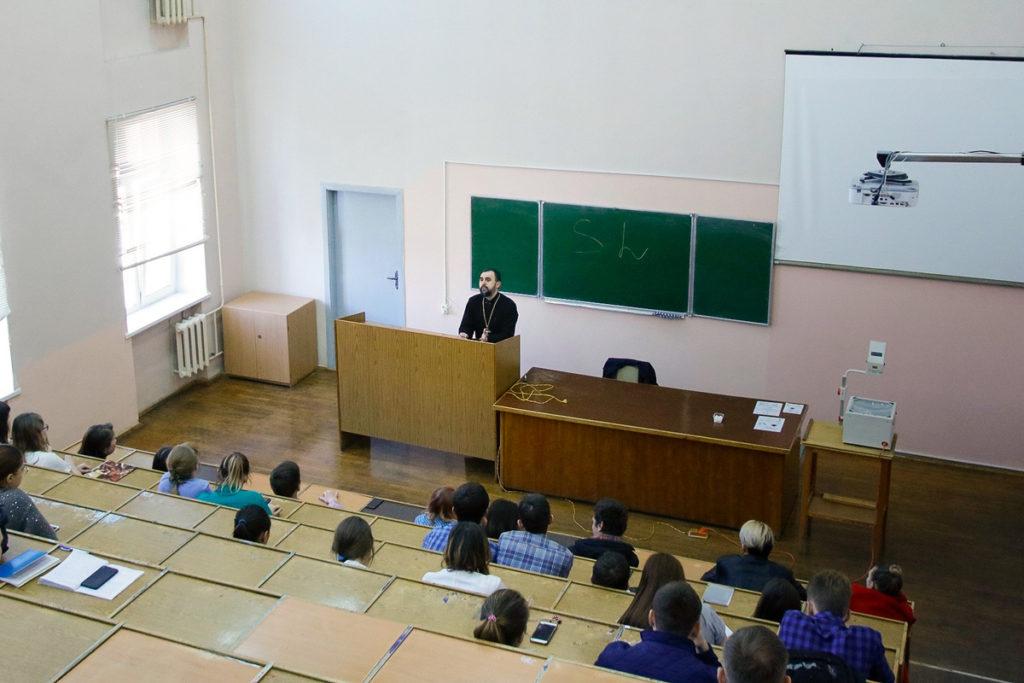 Проректор по воспитательной работе выступил перед студентами академии ветеринарной медицины