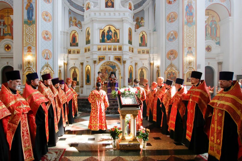 Ректор семинарии возглавил служение Пасхального молебна вСвято-Успенском кафедральном соборе