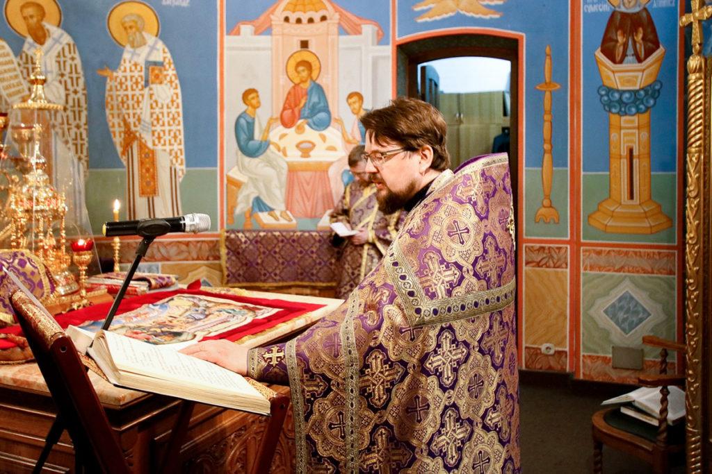 В Неделю 5-ю Великого поста первый проректор семинарии совершил Литургию в храме Воскресения Христова