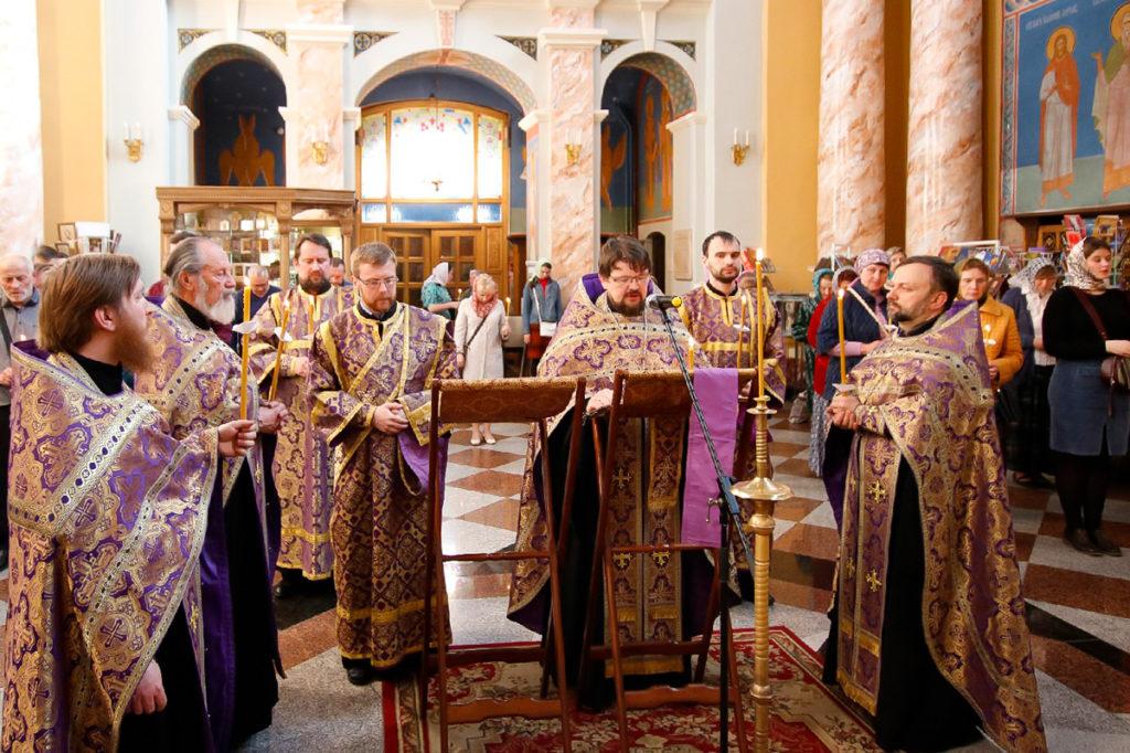 В канун Великого Пятка руководство и студенты семинарии помолились за утренней с чтением 12-ти Страстных Евангелий