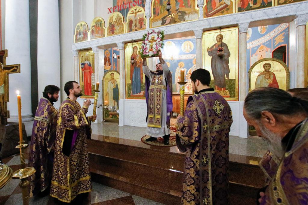В канун Недели Крестопоклонной первый проректор семинарии совершил всенощное бдение в храме Воскресения Христова