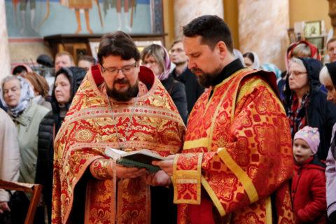 В день Радоницы первый проректор совершил Литургию и панихиду в храме Воскресения Христова