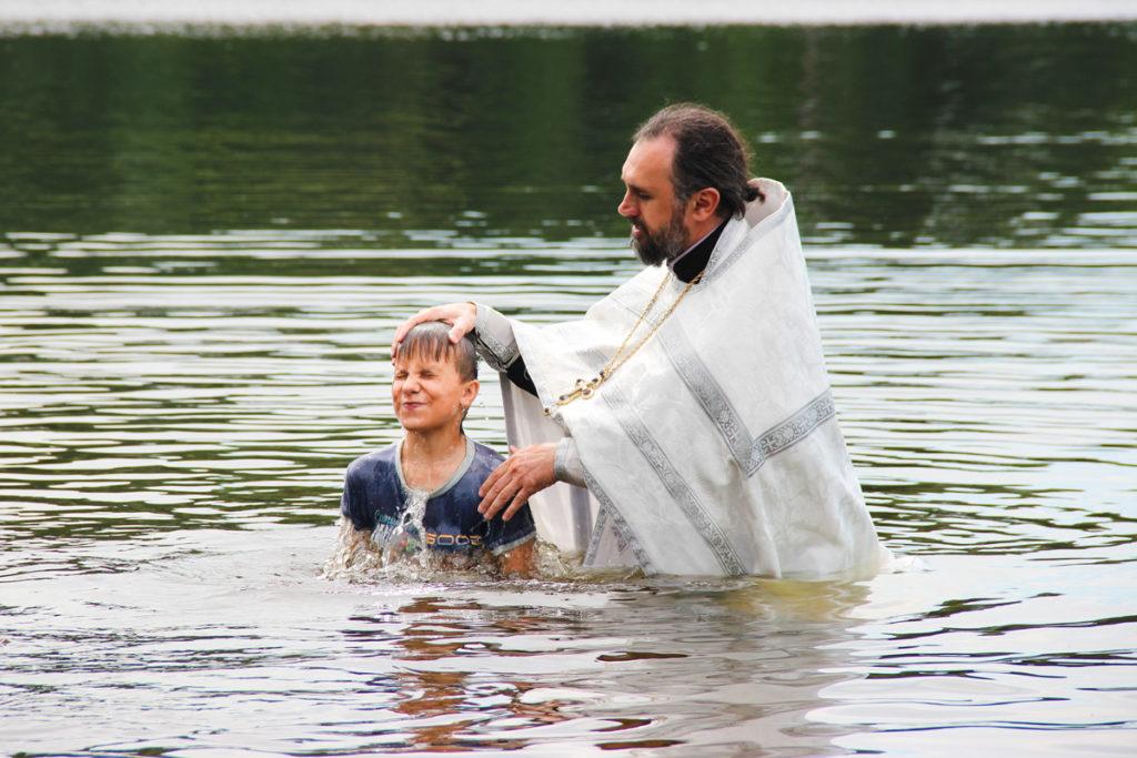 Проректор по воспитательной работе совершил массовое крещение на берегу Зароновского озера