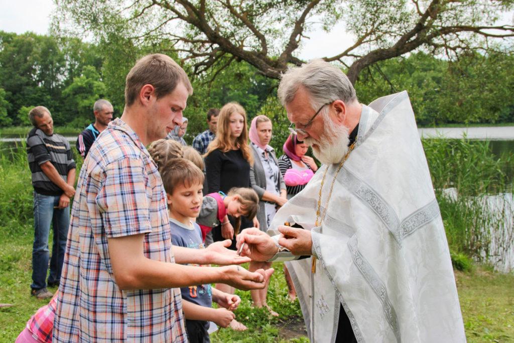 Проректор по воспитательной работе совершил массовое крещение на берегу Зароновского озера озера