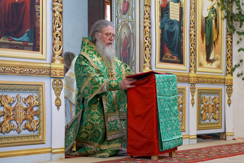 Ректор семинарии возглавил богослужения праздника Пятидесятницы в храме святой великомученицы Ирины