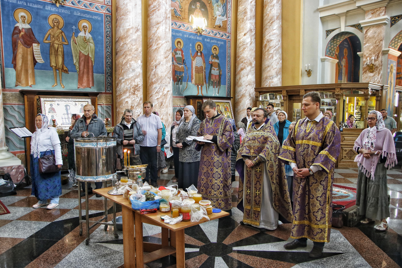 Проректор по учебной работе возглавил богослужение в честь Изнесения Честных Древ Животворящего Креста Господня
