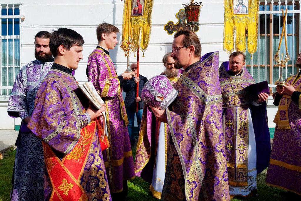 Ректор семинарии совершил Божественную литургию в Крестовоздвиженском храме городского поселка Лиозно