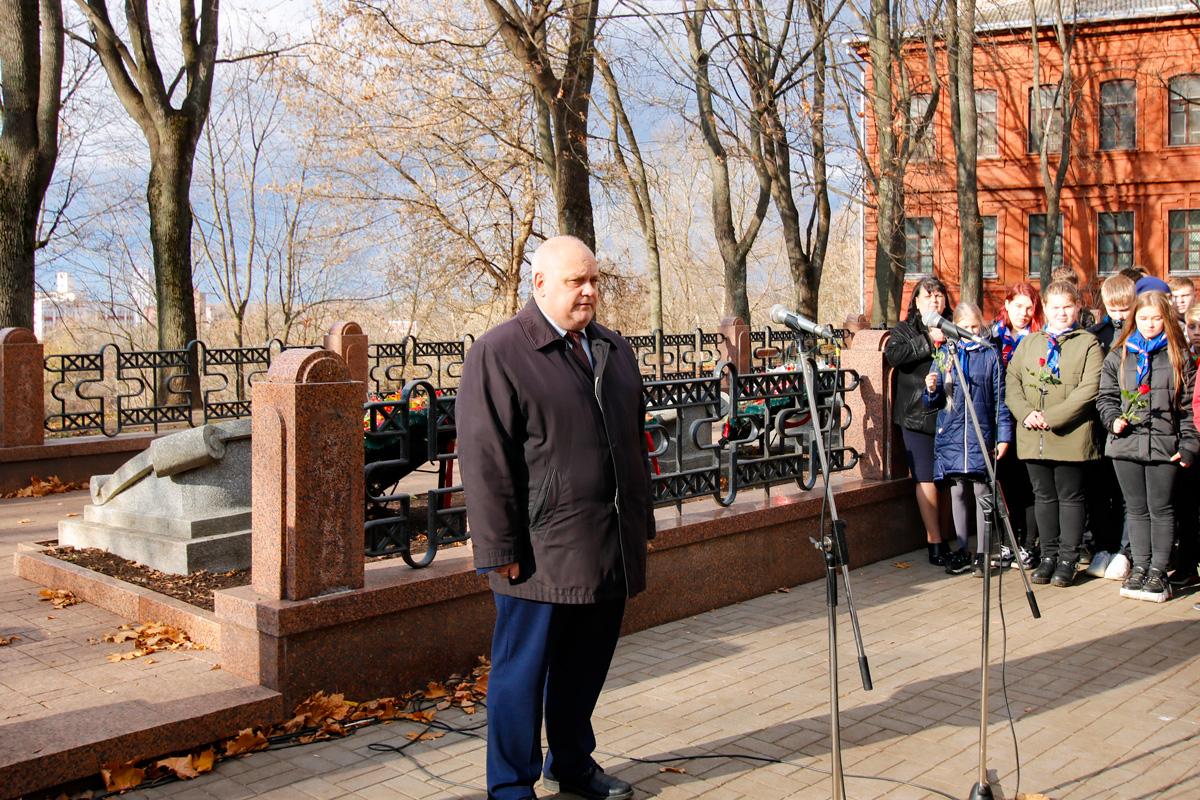 Преподаватели и студенты семинарии приняли участие в возложении веков и цветов к могилам погибших героев