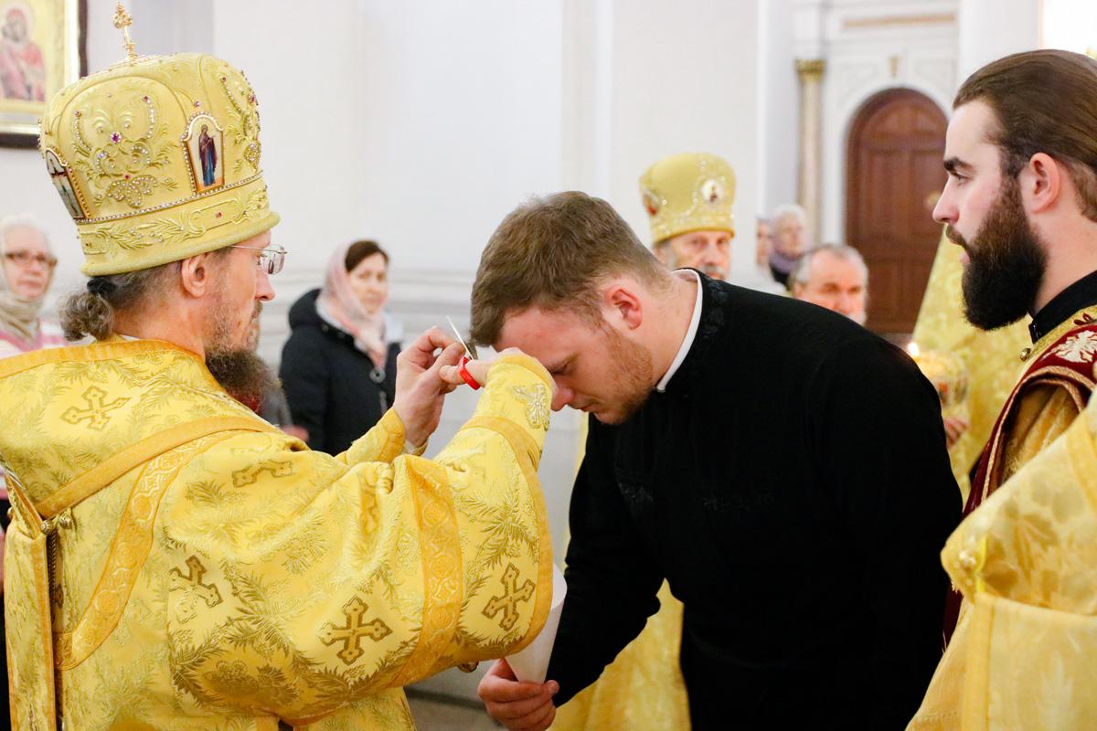 Во время всенощного бдения, приуроченного к 30-летию восстановления епископской кафедры на Витебщине, студенты 5-го курса были пострижены во чтецов