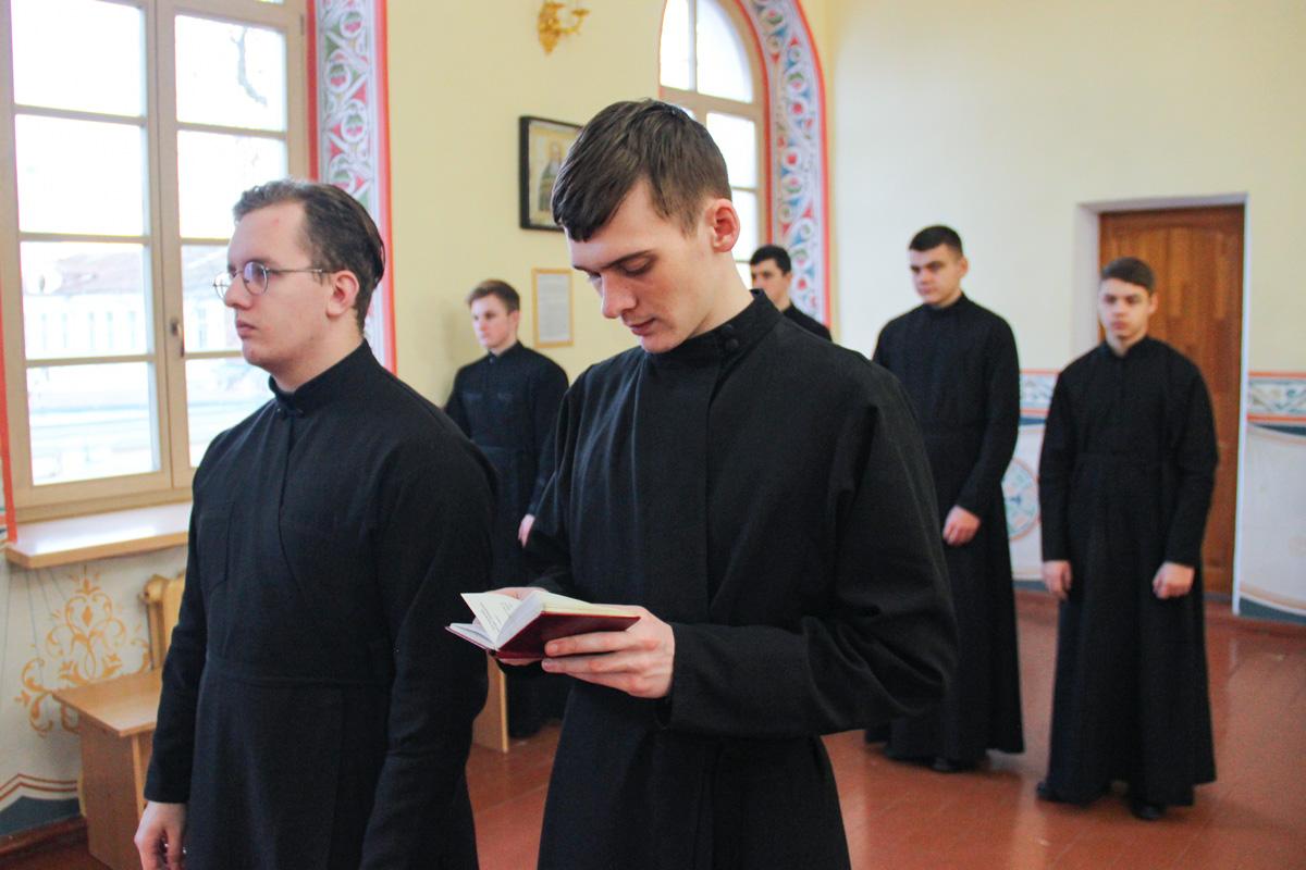В день памяти Собора Архистратига Михаила проректор по воспитательной работе совершил Литургию в семинарском храме