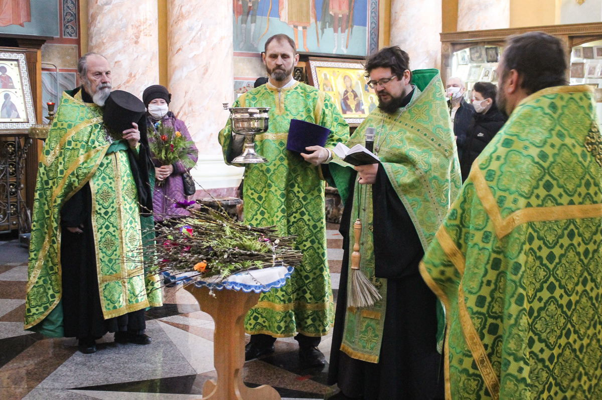 В Вербное воскресенье первый проректор семинарии совершил Литургию в храме Воскресения Христова