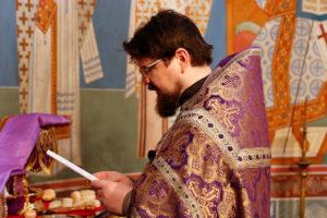 В Неделю 5-ю Великого поста первый проректор совершил Литургию в храме Воскресения Христова