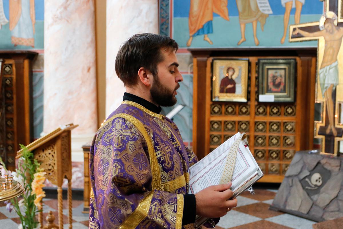 Проректор по учебной работе совершил Литургию в день Изнесения Честных Древ Животворящего Креста Господня