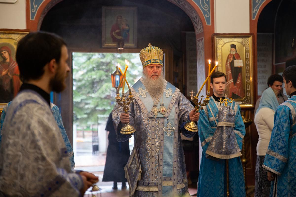Ректор семинарии совершил вечернее богослужение с чином Погребения Пресвятой Богородицы