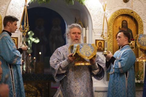 В праздник Казанской иконы Божией Матери ректор семинарии совершил Литургию в одноименном храме Свято-Троицкого Маркова мужского монастыря