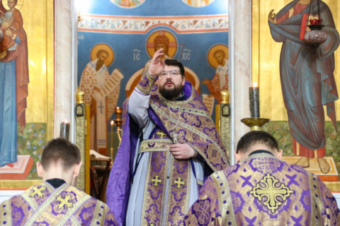 В пятницу первой седмицы Великого Поста первый проректор совершил Литургию Преждеосвященных Даров в храме Воскресения Христова