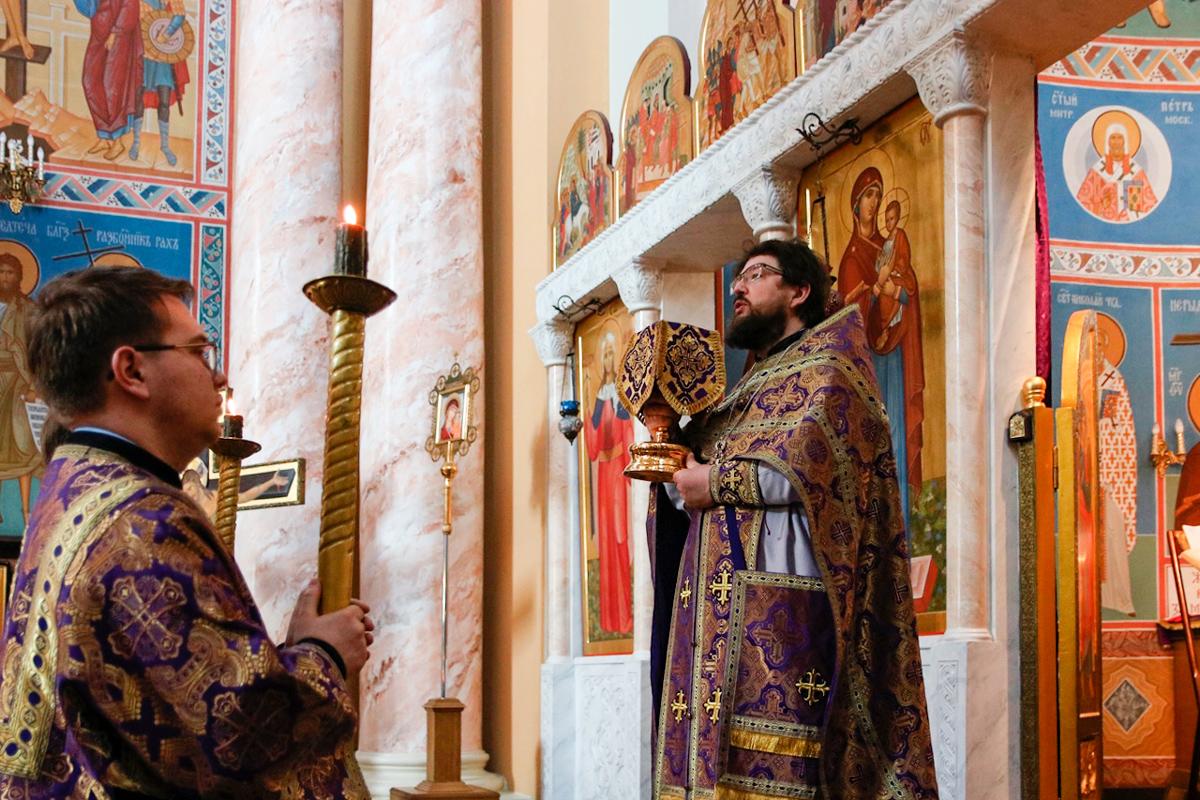В Неделю 5-ю Великого поста первый проректор семинарии совершил Литургию в храме Воскресения Христова.