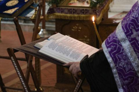 В канун Великой Пятницы ректор семинарии совершил совершил утреню с чтением двенадцати Страстных Евангелийв Свято-Покровском соборе города Витебска