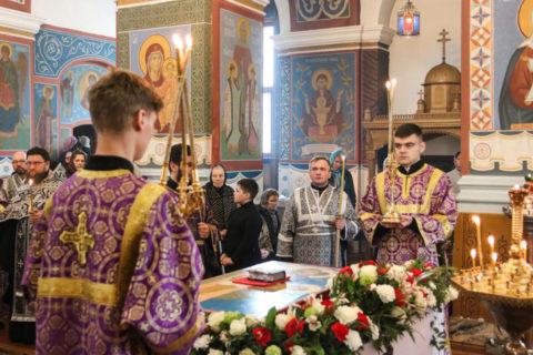 В Великую Пятницу ректор семинарии совершил вечерню с выносом Плащаницы в Свято-Покровском соборе города Витебска
