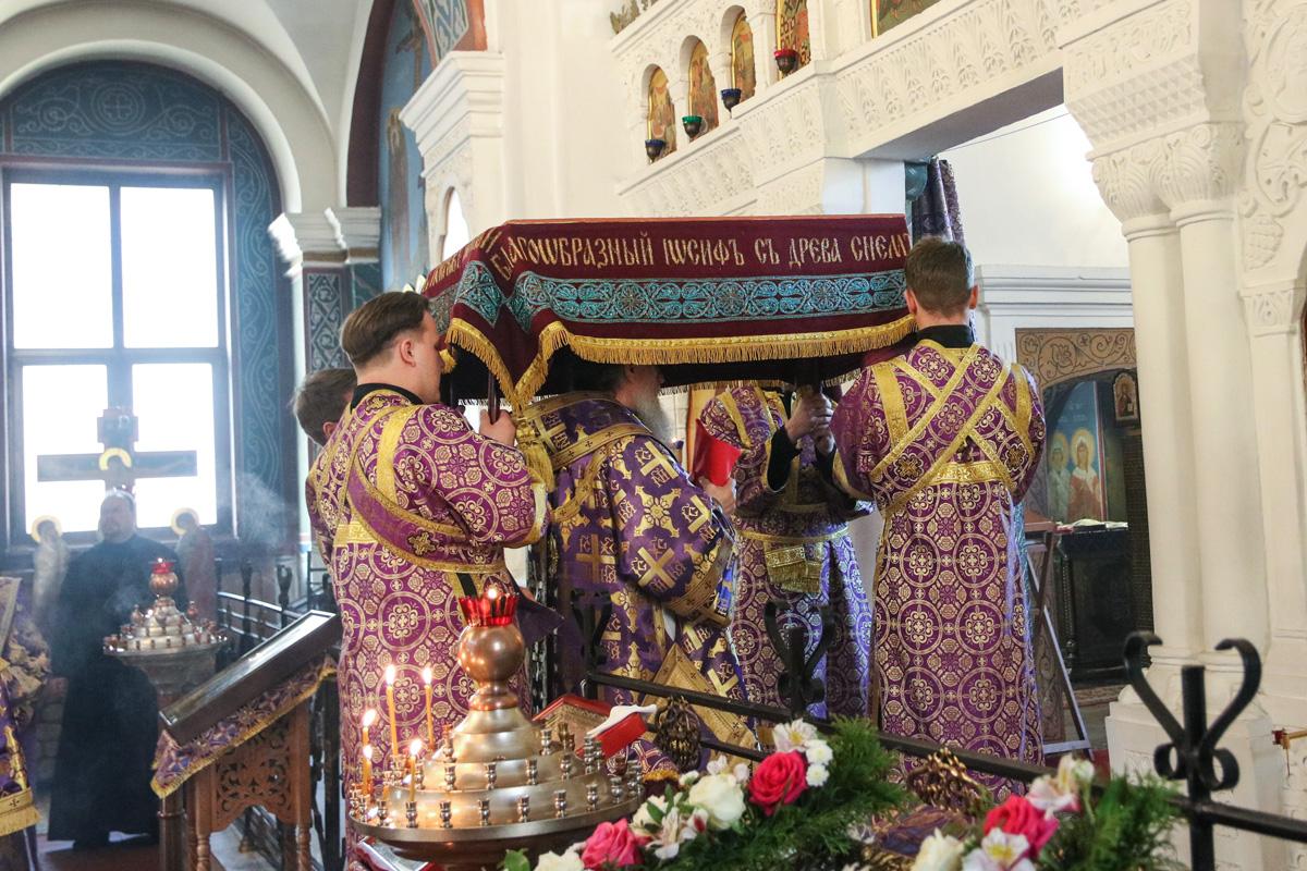 В канун Великой Субботы ректор семинарии совершил утреню с чином погребения Господа нашего Иисуса Христа в Свято-Покровском соборе города Витебска